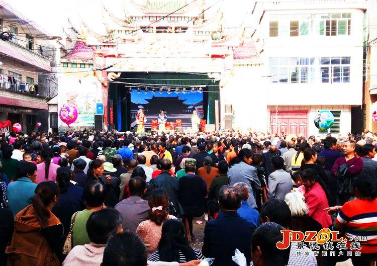 乐平市十里岗镇欢庆重阳节当地群众看大戏