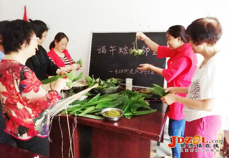 里村街道庆安社区:开展端午节包粽子活动